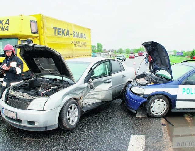 Policjanci jechali do wypadku, gdy opel zajechał im drogę