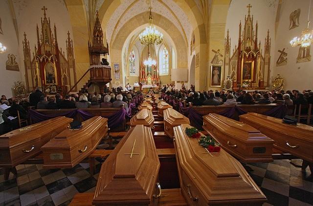 W Drzewicy odbył się w sobotę pogrzeb ofiar wtorkowego wypadku drogowego, w którym zginęło 18 osób.