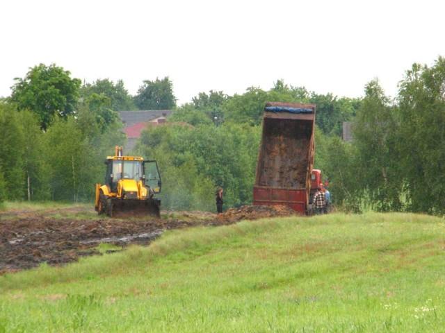 W sobotę Jarosław Flak rozrzucał osady po świeżo zaoranym polu