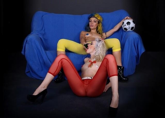 Alternatywne maskotki Euro 2012 - Blyadek i Blyadko. Jak wyjaśniają aktywistki FEMEN - lubią seks, piwo i piłkę nożną