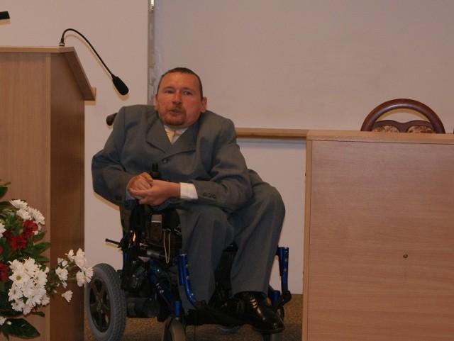 Marek Plura, poseł na Sejm poruszający się na wózku inwalidzkim, chwalił Zakopane za udogodnienia