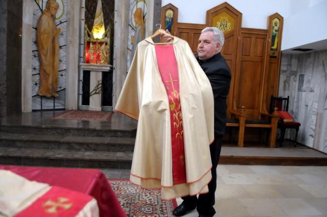 Ks. Ryszard Jurak prezentuje ornat, w którym papież 25 lat temu odprawiał mszę na Czubach