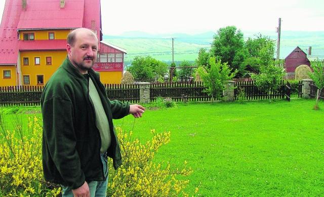 Wiesław Janczak, mieszkaniec osiedla pod Hubą, pokazuje na ogród, gdzie można natknąć się na żmije