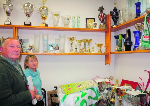 Teresa Marasek i Michał Sitarz z AZS Zakopane pokazują trofea zdobyte przez sportowców klubu