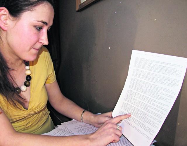 Agnieszka Hajdyła z niedowierzaniem czyta uzasadnienie naczelnika Urzędu Skarbowego