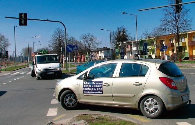 Częsty widok na  tym skrzyżowaniu - auto nauki jazdy oczekujące na tzw. lewoskręcie.