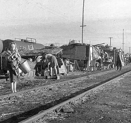 Ekspatrianci na stacji w Ligocie, dziś dzielnicy Katowic,  1945 r.