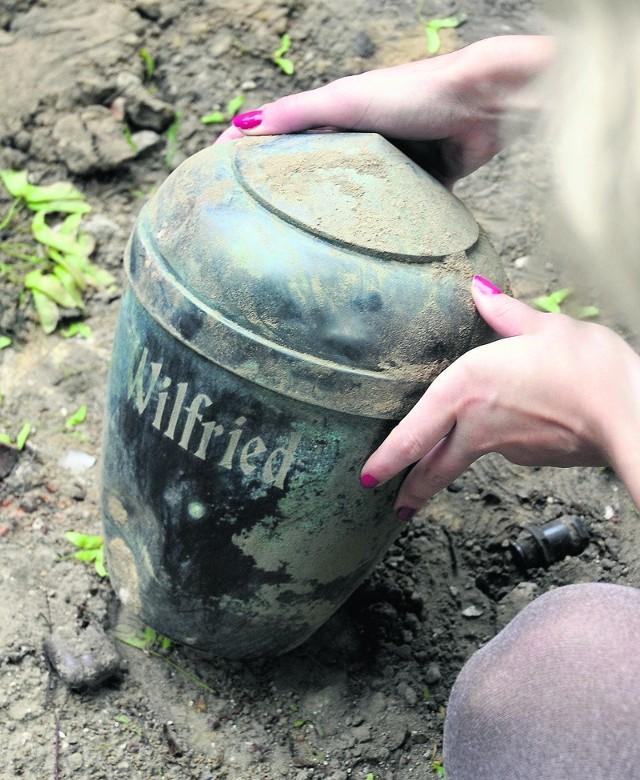 Urna z niemieckim napisem wciąż się znajduje na terenie parku
