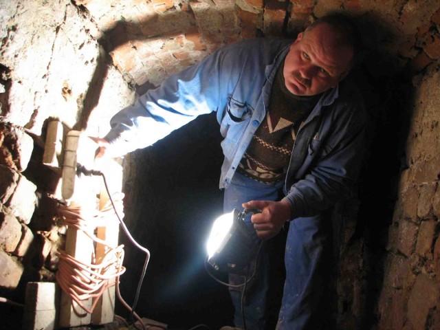 Korytarz pod zamkiem biegnie ostro w dół. Po paru metrach robi się naprawdę wysoki. Na zdjęciu Bernard Winkler