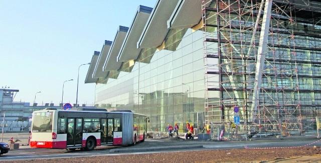 Dojazd do Portu Lotniczego Gdańsk im. Lecha Wałęsy. Po prawej stronie - budowany jest nowy terminal. Zostanie on połączony z dotychczasowym, widocznym na zdjęciu w głębi, po lewej stronie
