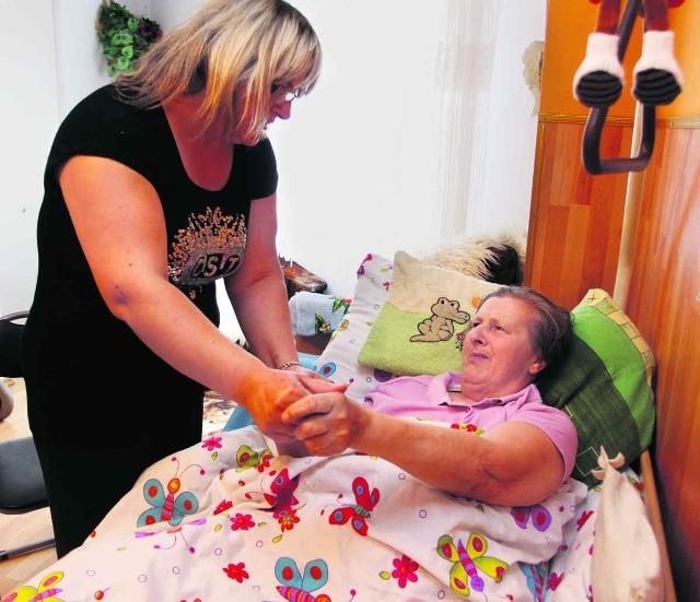 starsza kobieta tryskać