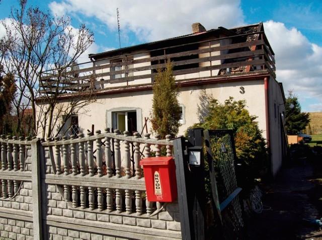 W tym domu w Mikoszewie doszło do tragedii - w pożarze zginęła jedna z mieszkanek
