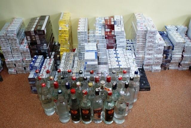 2300 paczek papierosów różnych marek oraz 33 litry alkoholu bez akcyzy znaleźli policjanci w Kutnie.