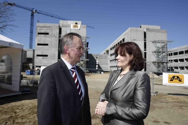 Rektor UG, Bernard Lammek i minister Barbara Kudrycka na placu budowy Wydziału Chemii