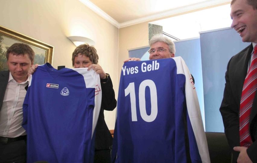 Prezes klubu Katarzyna Sobstyl i prezes zarządu Optimum Distribution Yves Gelb zaprezentowali nowe koszulki Ruchu