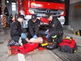 Tarnów: karetki stoją na podjeździe szpitala, a do chorych muszą jechać strażacy