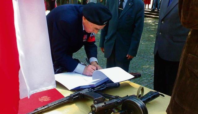 Weterani przekazali śląskim muzeom broń z epoki