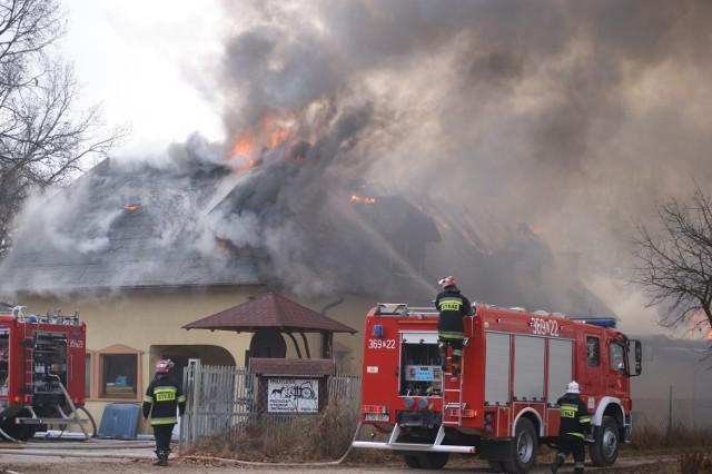 Pożar stolarni wybuchł w piątek rano w Rudzie koło Skierniewic.