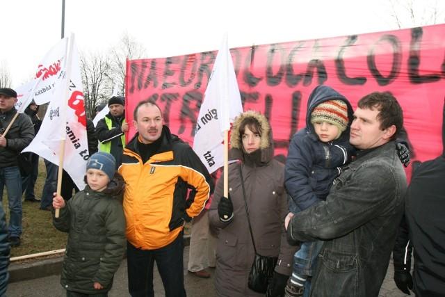 Protest przez zakładem Coca-Coli w Łodzi