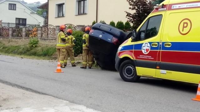 Strażacy wydobyli kierowcę z auta