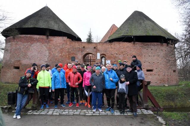 W jubileuszowym, 35 Biegu Sylwestrowym wzięło udział 32 biegaczy i trzech rowerzystów. Podobnie jak w poprzednich latach, spotkali się w Sylwestra o godz. 15.00 przed średniowiecznym zamkiem. Jak podkreślał organizator biegu Andrzej Frabiński, doroczna impreza ma koleżeński, rodzinny wręcz charakter.