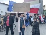"""Hasła """"Polska w Unii"""" i """"Dość Propagandy"""" na ostrowieckich ulicach. Był protest i przemarsz pod biuro poselskie (ZDJĘCIA)"""