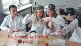 Uczniowie słupskiego Medyka dziękują nauczycielom chemii