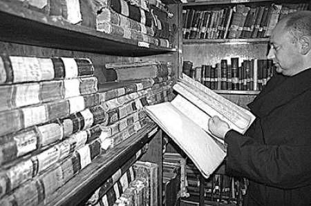 Przeor klasztoru bonifratrów, brat Konrad Żach, w bibliotece, do której dzisiaj nikt nie ma wstępu. To się jednak zmieni.