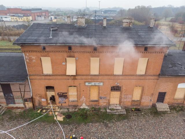 W Mełnie płonął opuszczony budynek dworca PKP