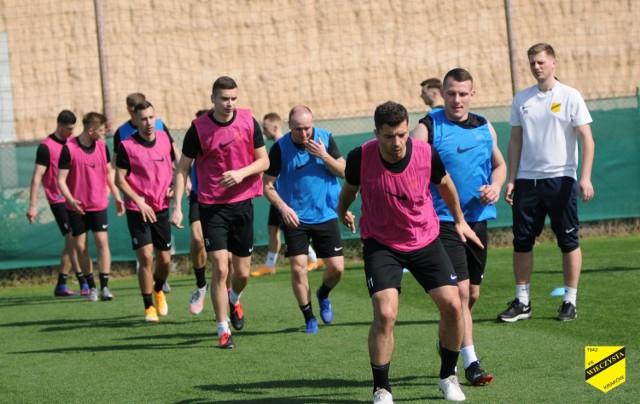Piłkarze Wieczystej Kraków podczas pierwszego treningu w Dubaju