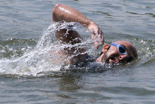 Michał Czerniak pokonał wpław jezioro Gopło. Płynął od Mielnicy Dużej do Kobylnik. Przepłynięcie 26 kilometrów zajęło mu 8 godzin i 29 minut