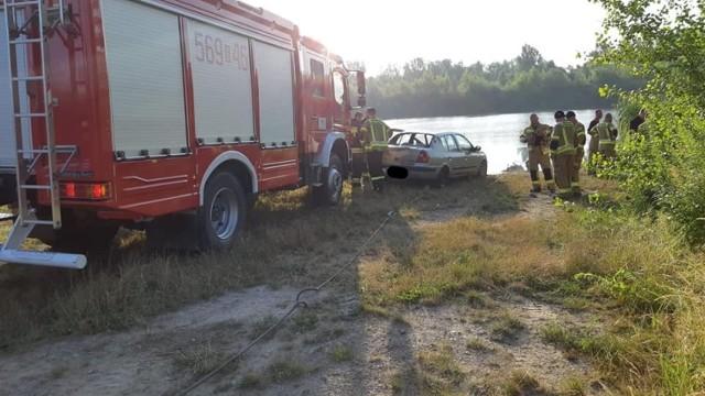 Samochód wpadł do zbiornika wodnego we wsi Roszków. Zginęła jedna osoba