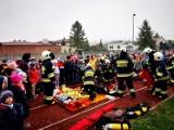 Akcja ratownicza w Szkole Podstawowej w Woźnikach. Strażacy ćwiczyli procedury
