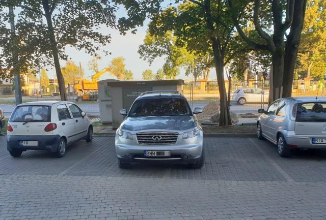 Kierowca tego Infiniti nie zmieścił się na jednym miejscu parkingowym, więc zajął dwa.