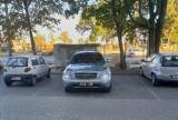 """Tak parkują """"mistrzowie"""" w Białymstoku. Czasami się spieszą, czasem brakuje im umiejętności - efekty widać na zdjęciach"""