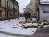 Zima na razie nie przeszkadza w remoncie fragmentu ulicy Mickiewicza w Lublińcu