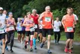 Eko Półmaraton Jurajski wystartował zgodnie z planem. Inne biegi odwołują, ale tutaj biegacze tłumnie stanęli na starcie [ZDJĘCIA]