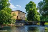 Dom nad samą rzeką w malowniczej wsi. Sceneria iście bajkowa