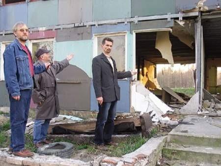 Ruiny budynku na należącym do miasta stadionie pokazują działacze ząbkowickiej Unii: Tadeusz Cuber, honorowy prezes, Tadeusz Marusak i prezes Dariusz Zaczkowski.