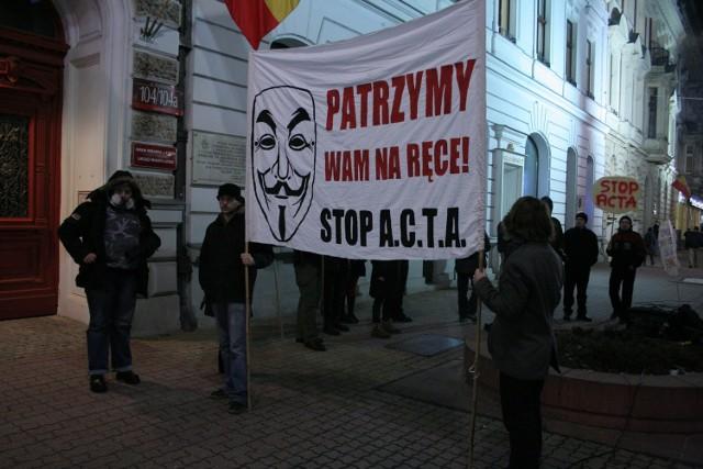 Czytaj o łódzkim proteście przeciw ACTA: Łodzianie przeciw ACTA. 2 tys. demonstrantów w pasażu Schillera  Czytaj też: Polska podpisała umowę ACTA