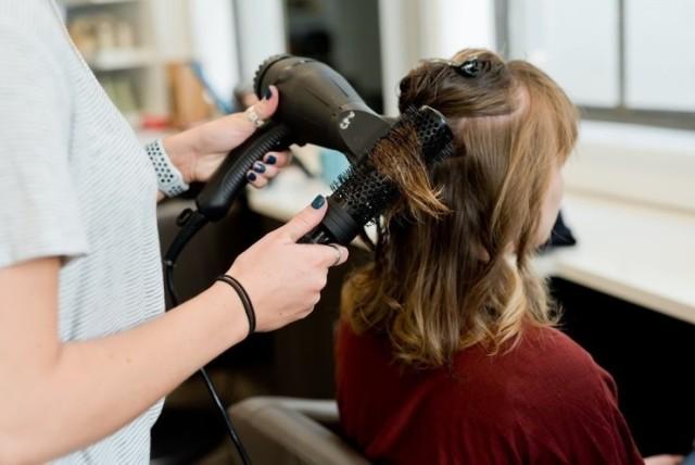 Dobry fryzjer to prawdziwy skarb. Jeżeli trafimy na tego jedynego to najczęściej chodzimy do niego przez wiele lat. Znaleźć jednak takiego fryzjera, który ułoży włosy tak, jak chcemy, nie jest wcale łatwo, choć dobrych fachowców w tej dziedzinie w Toruniu nie brakuje. Postanowiliśmy sprawdzić, który salon fryzjerski ma w Toruniu najwięcej opinii i jest najpopularniejszy. Zobaczcie, czy jest wśród nich ten, do którego chodzicie.  Czytaj dalej. Przesuwaj zdjęcia w prawo - naciśnij strzałkę lub przycisk NASTĘPNE