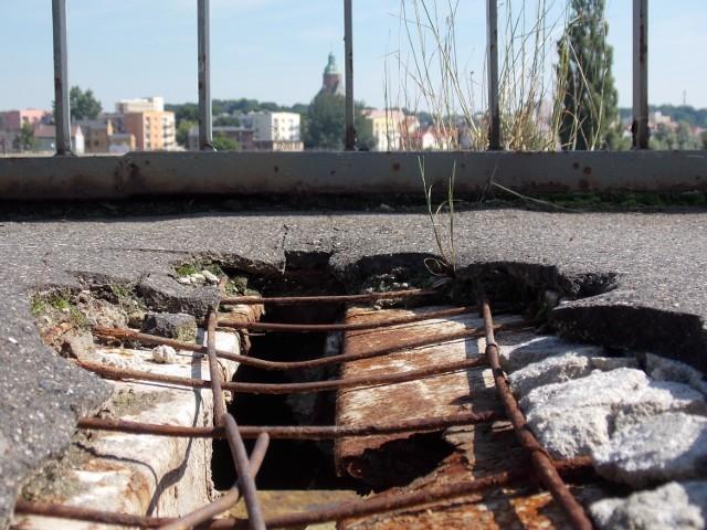 Dziury w kładce były naprawdę duże i zagrażały bezpieczeństwu pieszych