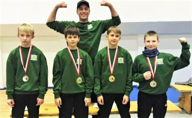 Zapaśnicy klubu Hardzi Jaroszowiec mieli powody do zadowolenia po mistrzostwach Małopolski młodzików w zapasach w stylu klasycznym