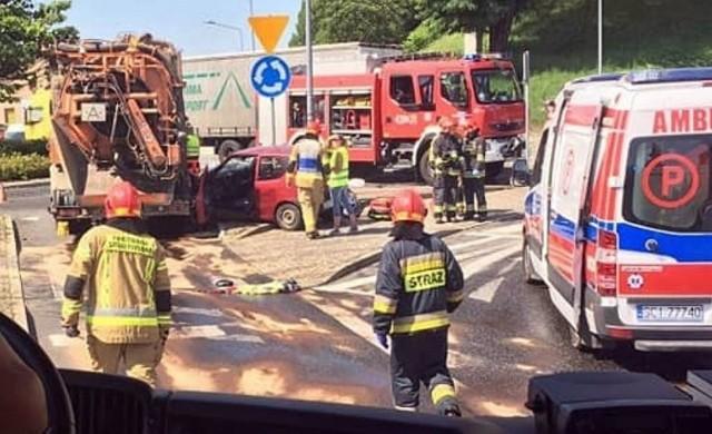 Wypadek śmiertelny w Cieszynie. Zmarła pasażerka fiata seicnto po zderzeniu z samochodem ciężarowym.  Zobacz kolejne zdjęcia. Przesuwaj zdjęcia w prawo - naciśnij strzałkę lub przycisk NASTĘPNE