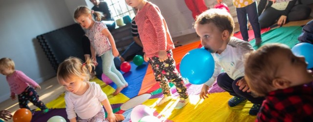1, 2, 3 DO MUZEUM IDZIESZ TY! – warsztaty dla maluszków w CMWŁ  Cykl warsztatów zaadresowany do najmłodszych dzieci oraz ich opiekunów. Warsztaty mają charakter sensoryczno-ruchowy. Jest to okazja do wspólnej zabawy oraz stawiania pierwszych kroków na gruncie sztuki. Warsztaty pozwolą dziecku również na naukę kreatywnego podejścia do otaczającego je świata. Jest to również możliwość umacniania więzi między dzieckiem, a rodzicem. Zalecane jest także przygotowanie dodatkowego ubrania dla dziecka. Jak informują organizatorzy do dyspozycji będzie sala warsztatowa oraz przewijak
