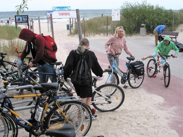 Wejście na plażę i parking rowerowy na obszarze zwanym trzecim molem po zachodniej stronie Ustki