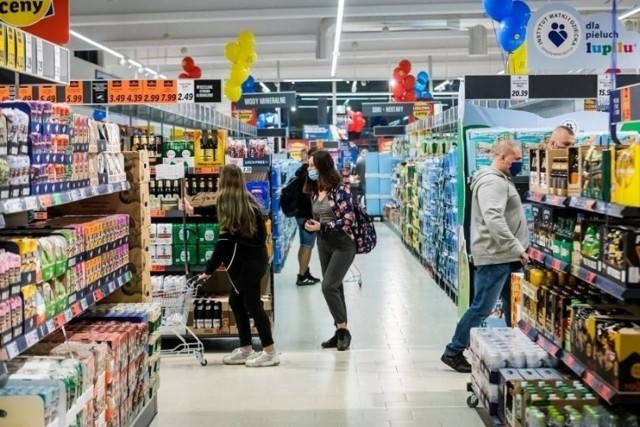 W dużych super- lub hipermarketach w jedzenie zaopatruje się 14 proc. klientów, a małe sklepy osiedlowe preferuje 12 proc. z nas.