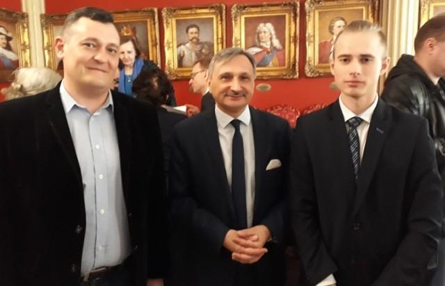 Kamilowi Dryi i jego opiekunowi Mariuszowi Żabińskiemu (z lewej) pogratulował w Gdańsku wiceminister edukacji Maciej Kopeć.