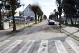 Na Wielkopolskiej w Miastku w końcu załatają wielką dziurę. Zniknie trawnik ze środka drogi