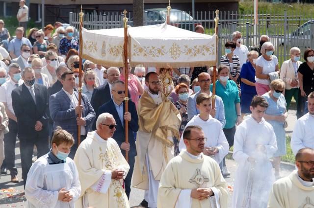 W br. większość procesji Bożego Ciała w Inowrocławiu zorganizowana została na terenie parafii, wokół kościołów. Jedynie na osiedlu Rąbin wierni przeszli ulicami od kościoła Chrystusa Miłosiernego do kościoła Świętej Królowej Jadwigi